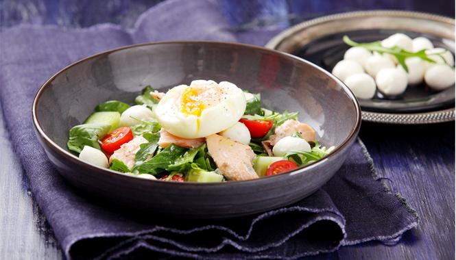 Losos vařený v páře se salátem a pošírovaným vejcem