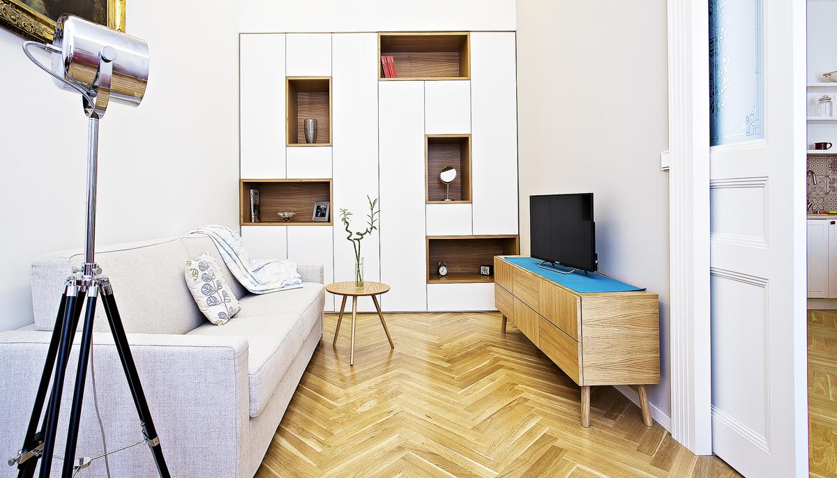 Interiér: Bílá na dřevěném základě