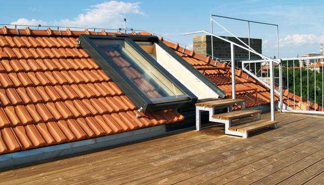 Střešním oknem na terasu s vířivkou