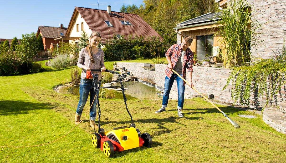 Chcete perfektní trávník? Nezapomeňte na podzimní vertikutaci.