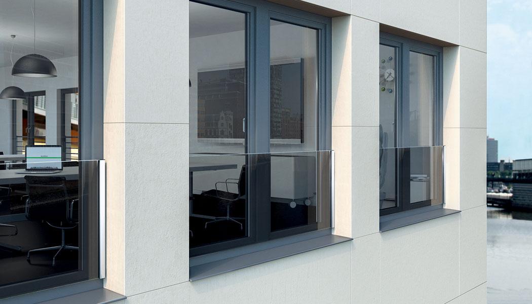 Bezpečnostní zábradlí pro okna Schüco kombinuje sklo a nerezovou ocel