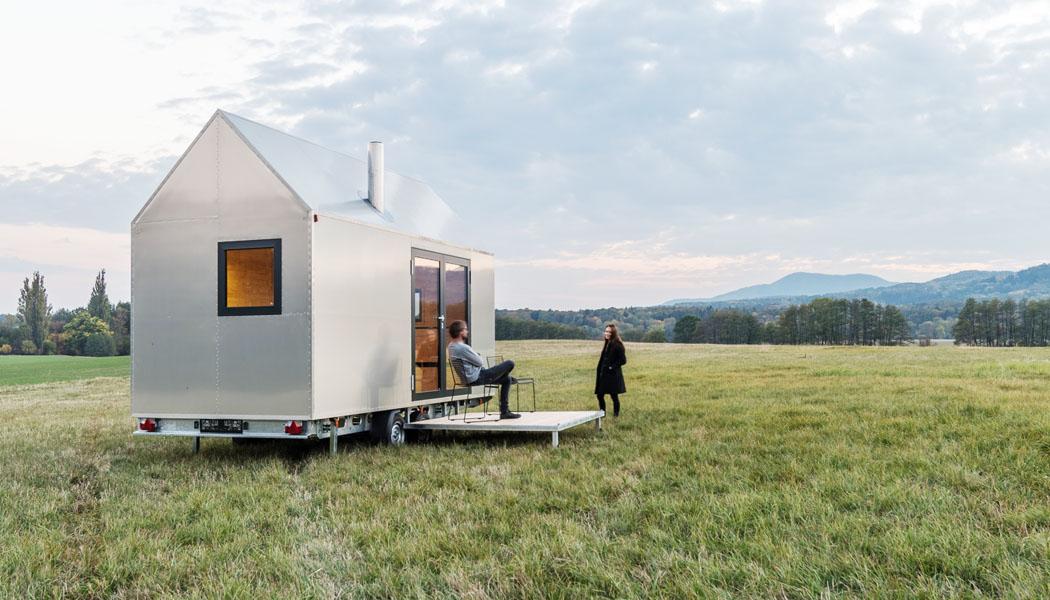 Designový dům na kolech Mobile Hut ctí archetypální tvar českého domu