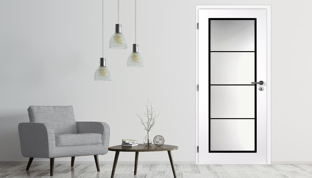 Metalicky černé doplňky a kontrasty barev dveří