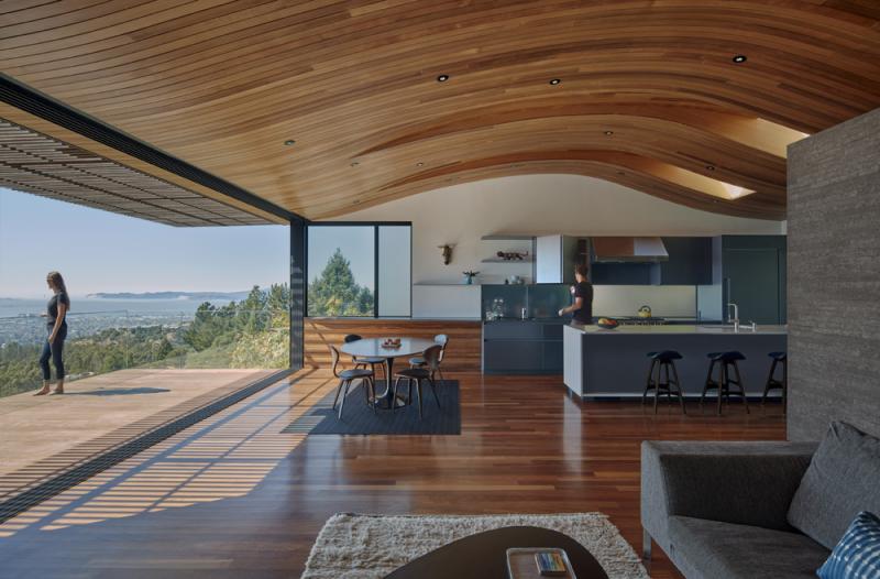 Zvlněný tvar střechy zajišťuje potřebnou ventilaci, odráží pobřežní mlhu, čímž příjemně ochlazuje interiér odpoledním vánkem.