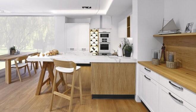 4x nová kuchyň: dřevo, romantika, jasné barvy a nadčasová bílá