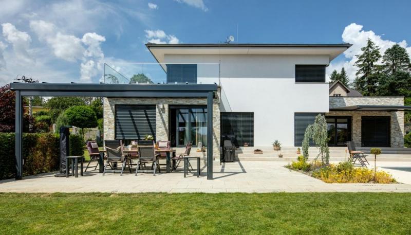Investor si přál seriózní dům, postavil ho z cihel a s výhledem na Konopiště